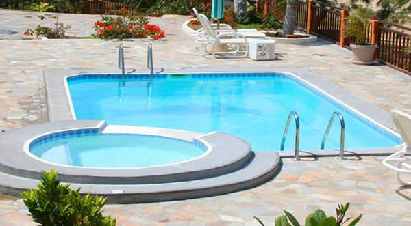 Piscine coque avec plage immergée prix : Comparez les prix des piscinistes